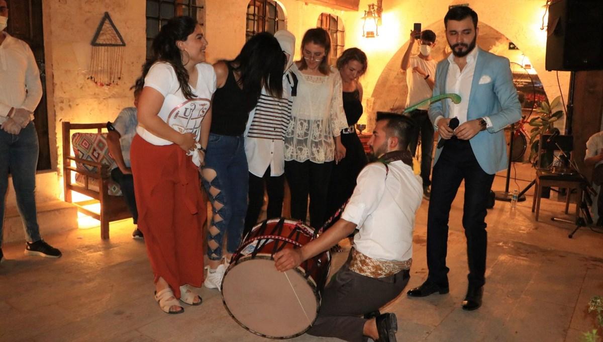 Şanlıurfa'ya gelen turistler, sıra gecelerinde eğleniyor