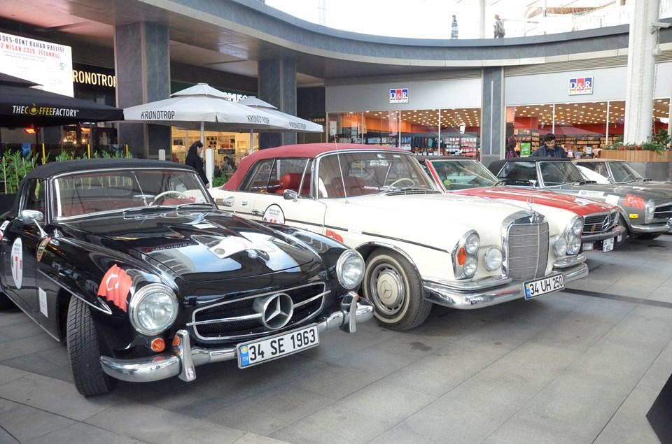 Klasik Mercedes'lerle İst Marina ziyaretçileri bol bol selfie çektirdi.