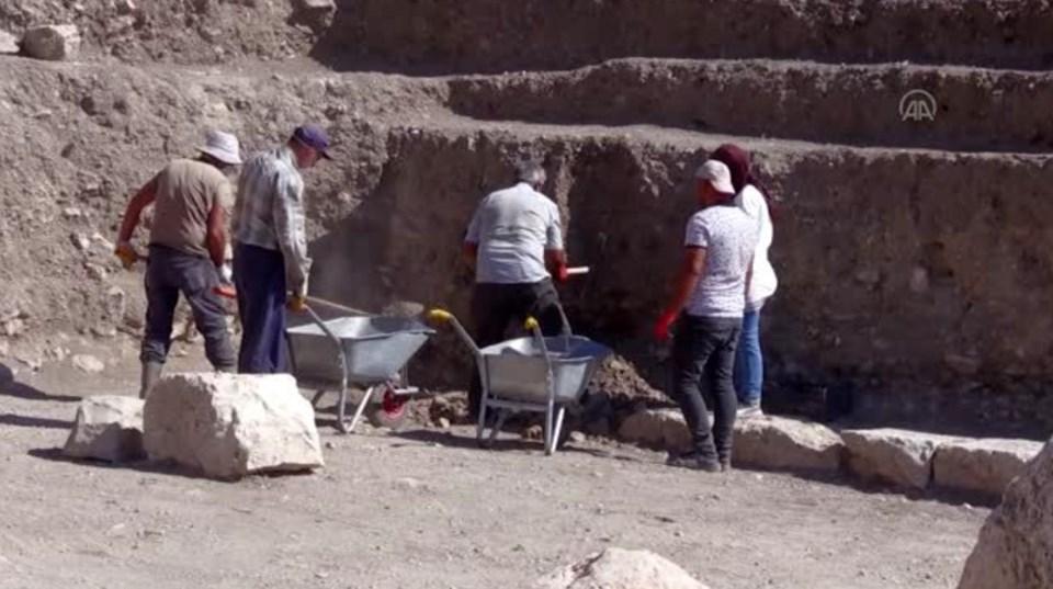 Antik kentin tiyatrosunda yürütülen bu yılki kurtarma kazılarının aralık ayına kadar devam edeceği öğrenildi.