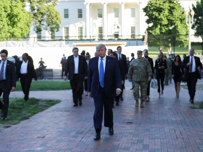 Trump'tan göstericilere 'meydan okuma' (Beyaz Saray'dan parka yürüdü)