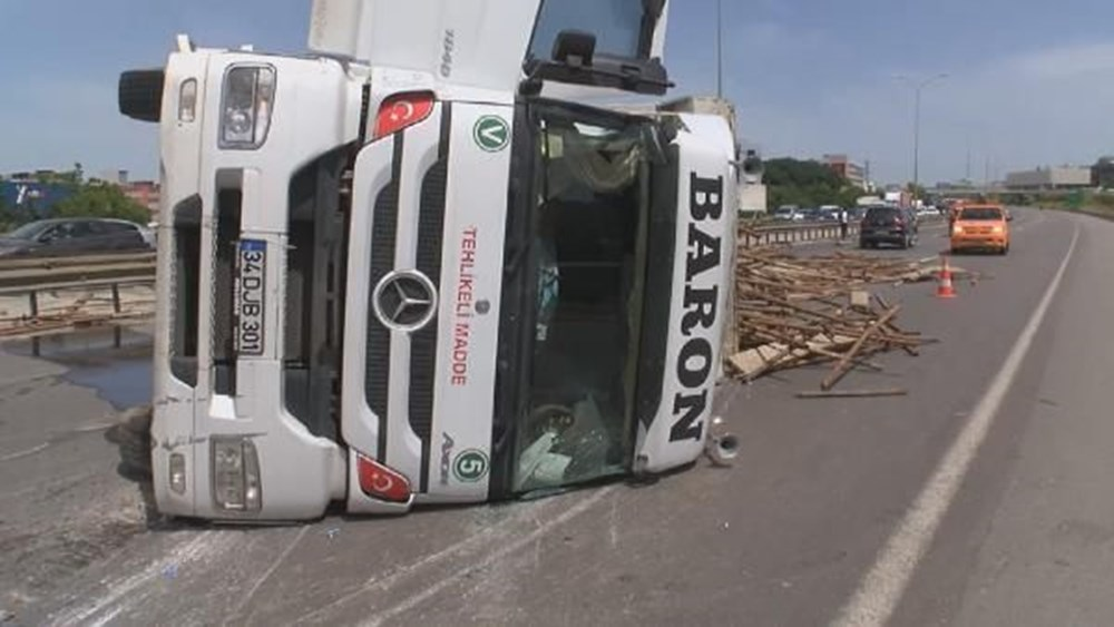 TEM'de kamyon devrildi: Ankara istikameti trafiğe kapandı - 4
