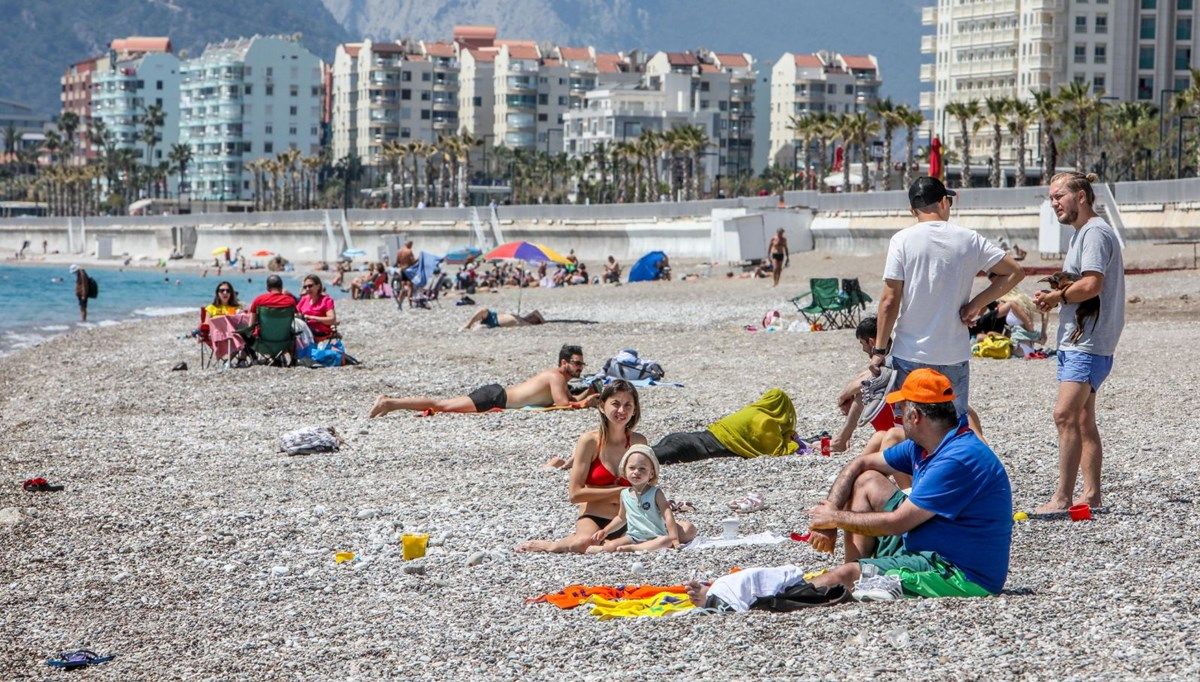They flocked before the full closure: The density of the beaches in Antalya