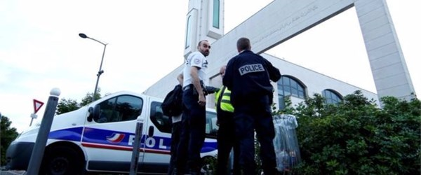 Fransa'da aracını cami cemaatinin üzerine süren kişiye tahliye