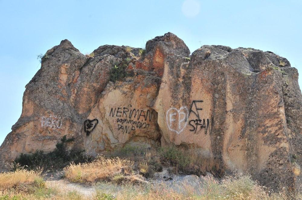Kapadokya'da peribacalarına sprey boyalı tahrip - 2