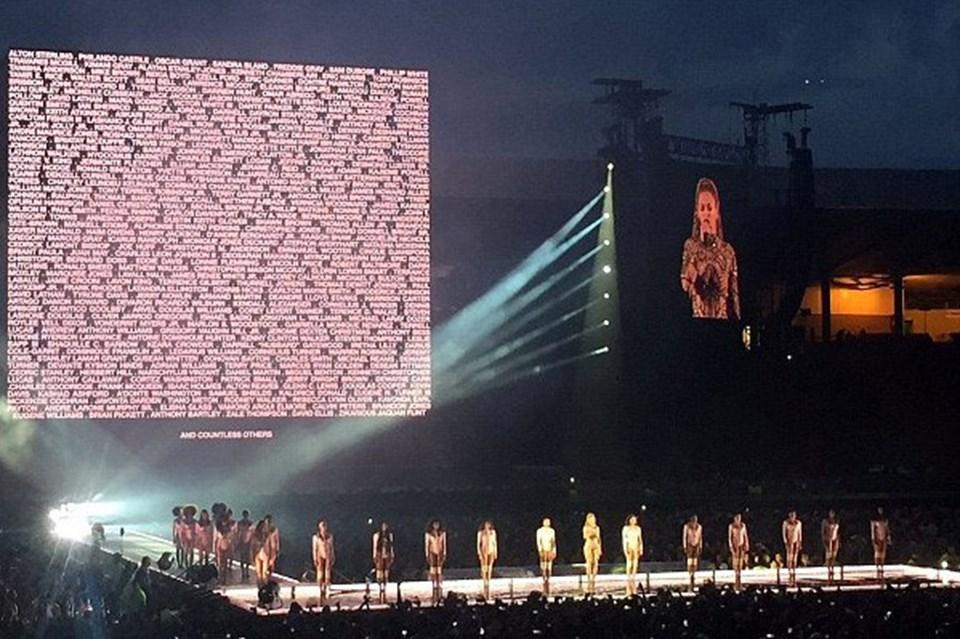 Beyonce, konser sırasında polis mağdurlarının isimlerini dev ekrana yansıttı.
