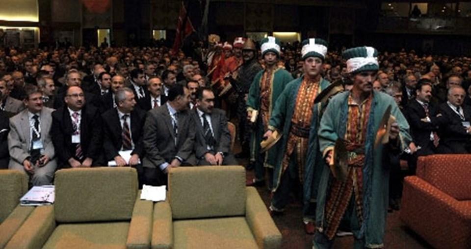 Toplantıda Elmalı Mehteran Takımı da bir gösteri sundu. Mehteran Takımını'nan seyirciler arasından salona girmesi şaşkınlığa neden oldu.