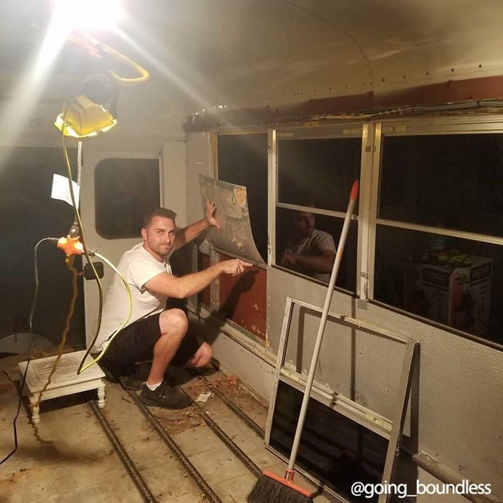 22 yıllık okul otobüsünü 1.5 yıllık çalışmayla harika bir eve dönüştürdüler - 3