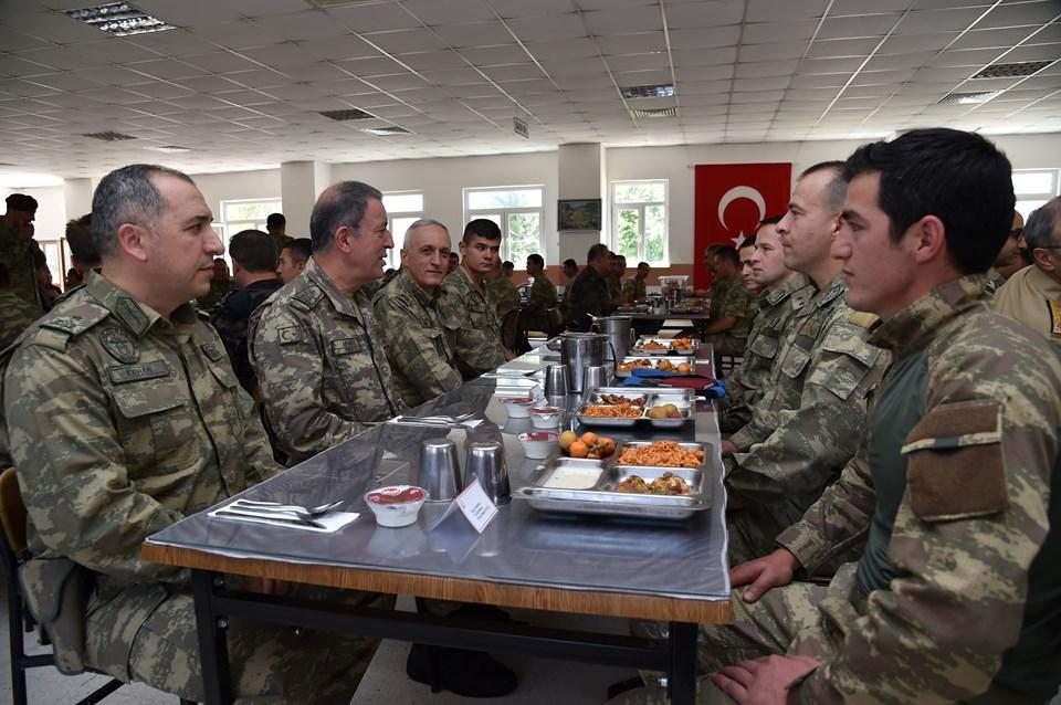 Akar (sol 2), Mardin'de bölgedeki operasyonlarda görevlerini yerine getiren güvenlik güçleri ile görüştü, Sayın Kışlası'nda onlarla birlikte yemek yedi.