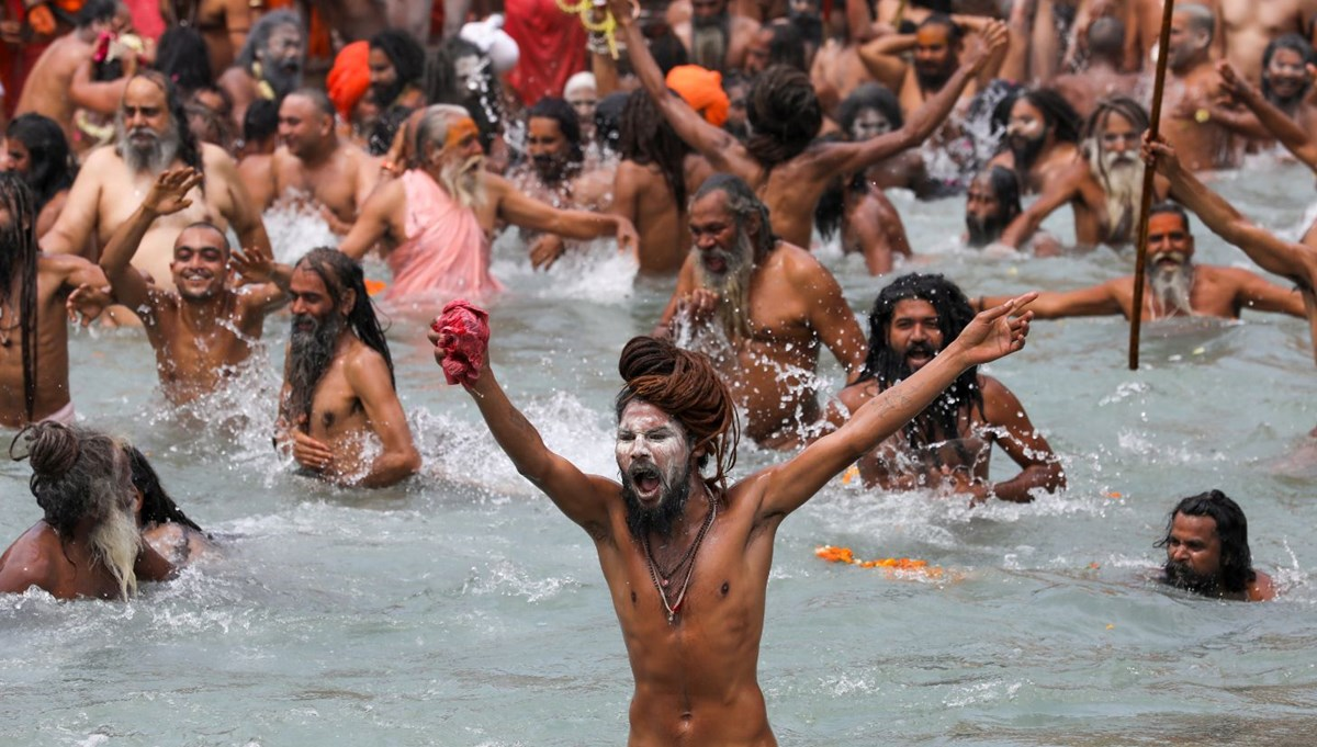 Pilgrims bathe in Ganges River: daily case count breaks record in India