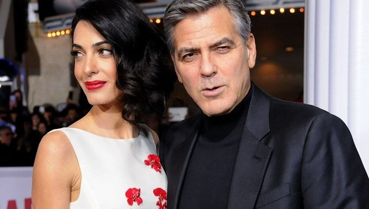 """<span></noscript>George Clooney: Çamaşır yıkıyorum, yerleri paspaslıyorum, mutfakta şef benim</span>"""" /></p><p>Usta oyuncu George Clooney, karantina günlerini nasıl geçirdiğini anlattı. Günlük yaşamı hakkında konuşan Clooney, """"Bir günde yedi kez çamaşır yıkıyorum, yerleri paspaslıyorum, mutfakta şef benim"""" diyerek ev işlerinde eşine yardımcı olduğunu anlattı.</p><section class="""