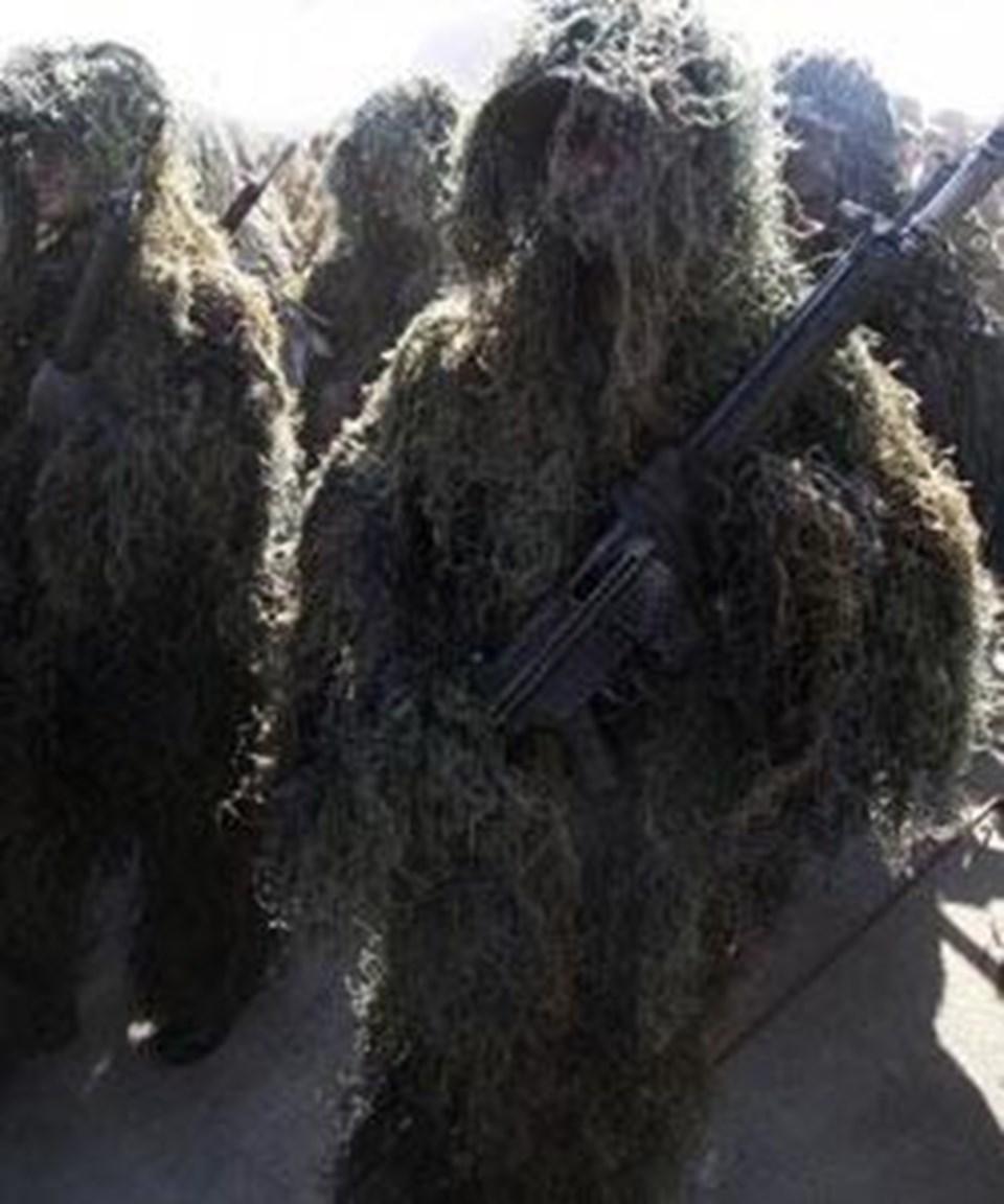 Kamuflaj içindeki İran askerleri de törende yer aldı.