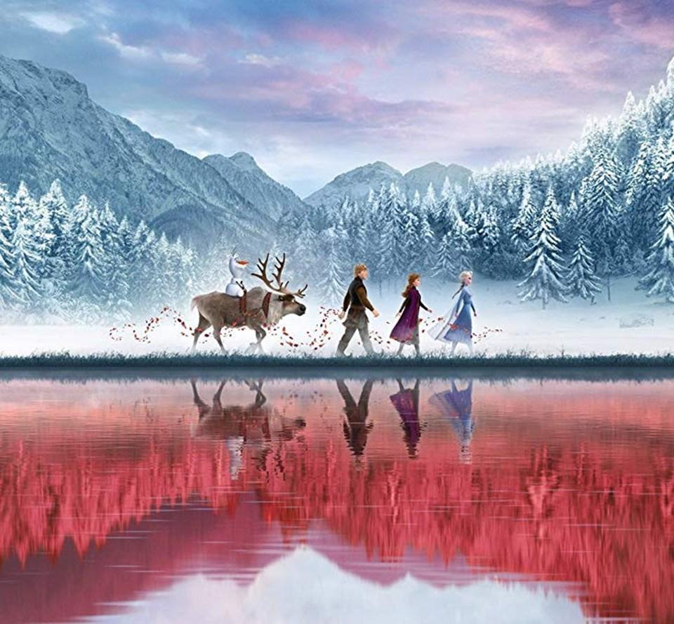 Frozen 2; Elsa, Anna, Kristoff, Olaf ve Sven'in maceralarını konu ediyor.
