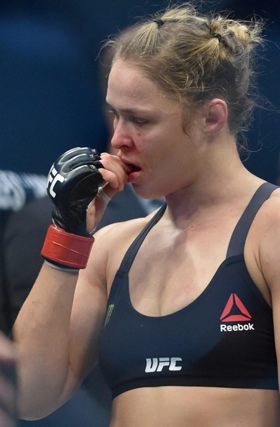 ABD'li karma dövüş sanatçısı ve oyuncu olan Ronda Rousey, UFC şampiyonu olan ilk kadın olmuştu.