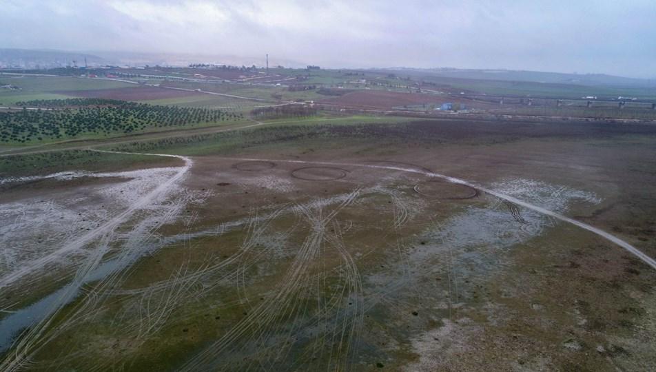 Suların yüzlerce metre çekildiği Büyükçekmece Gölü çorak araziye döndü