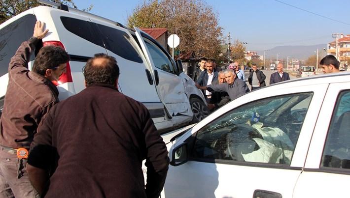 Bolu'da kaza yapan aracın devrilmesini vatandaşlar engelledi
