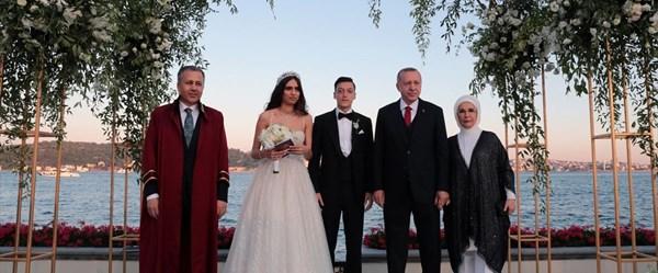 Cumhurbaşkanı Erdoğan, Mesut Özil ve Amine Gülşe çiftinin nikah şahidi oldu