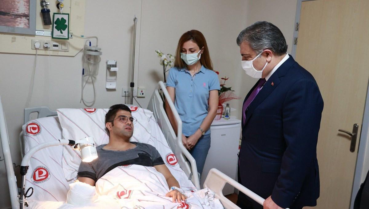 Bakan Koca, hastasının saldırısına uğrayan asistan doktoru ziyaret etti