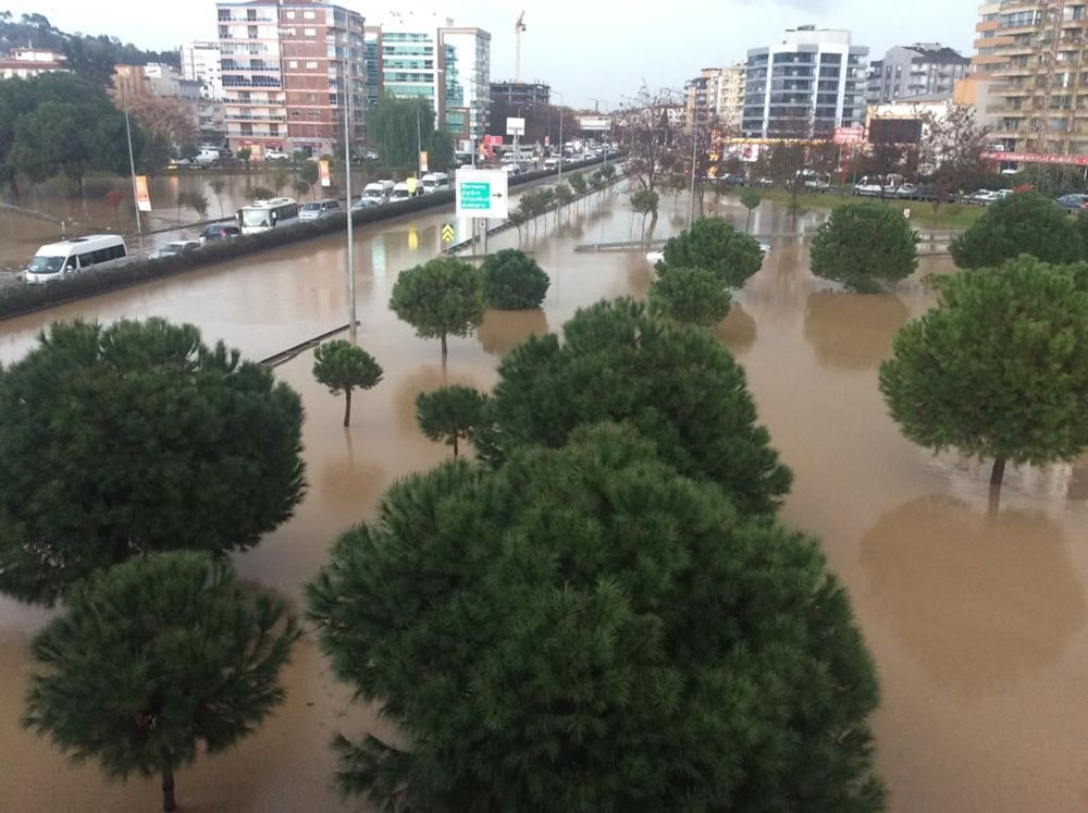 İzmir'i sel vurdu: 2 can kaybı - 11