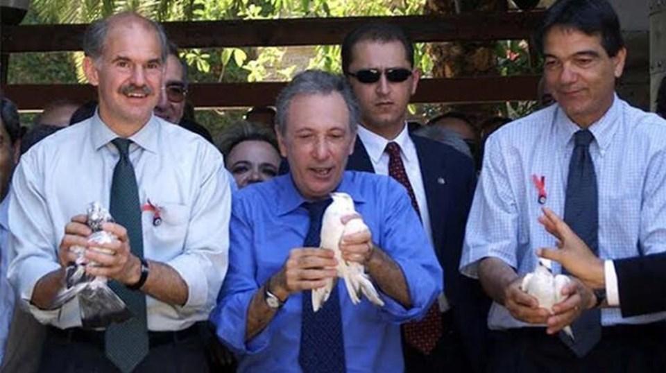 Papandreu (solda) ve İsmail Cem