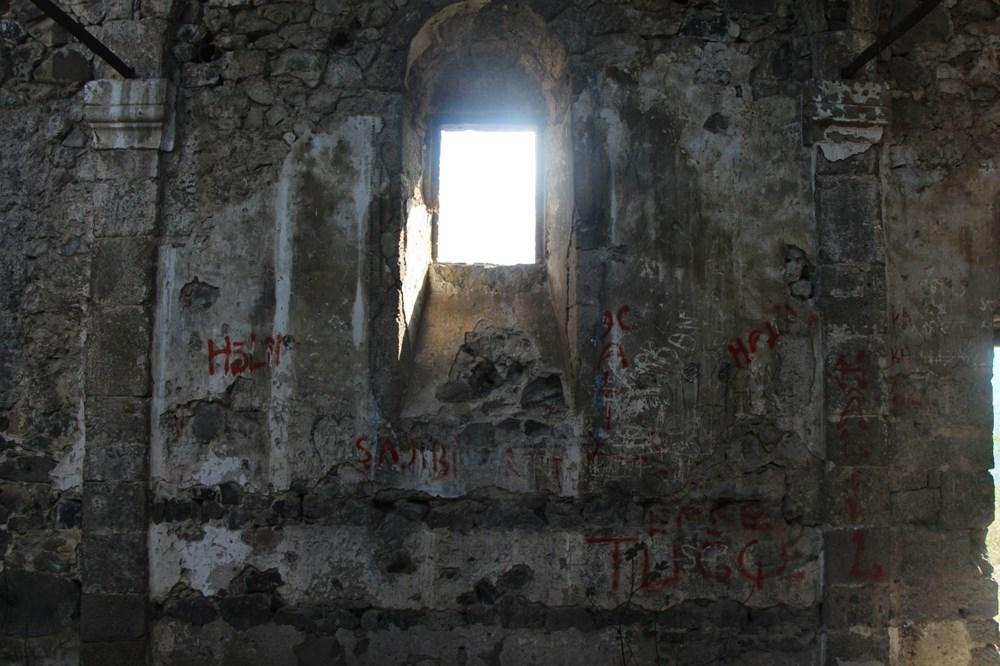 Defineciler tarihi kiliseyi talan etti - 5
