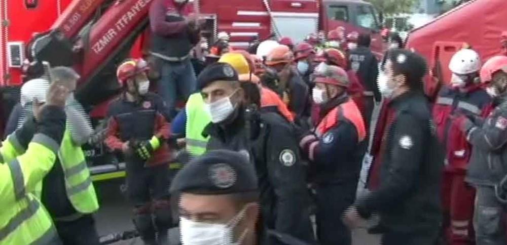 İzmir'de deprem sonrası enkaz altındakiler için zamana karşı yarış (65'inci saatte kurtarıldı) - 3