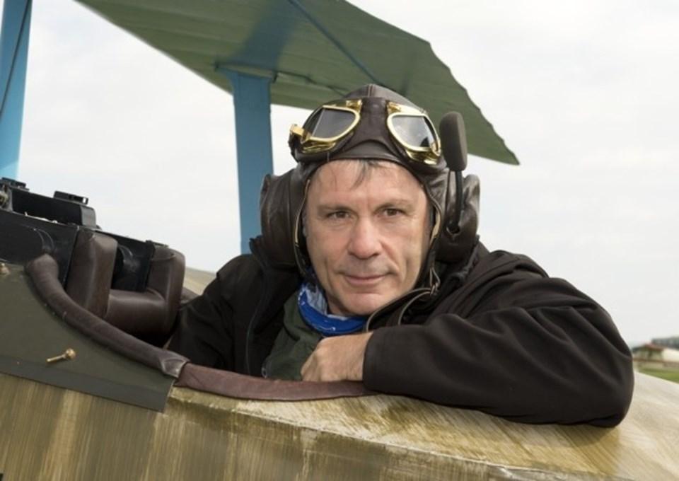 Bruce Dickinson (58) dünyanın en iyi heavy metal solistlerinden biri olmanın yanı sıragrubun uçağında pilotluk da yapıyor...