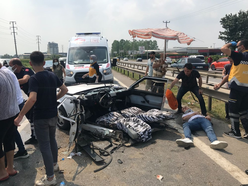 E-5'teki kazada otomobil ikiye bölündü - 1