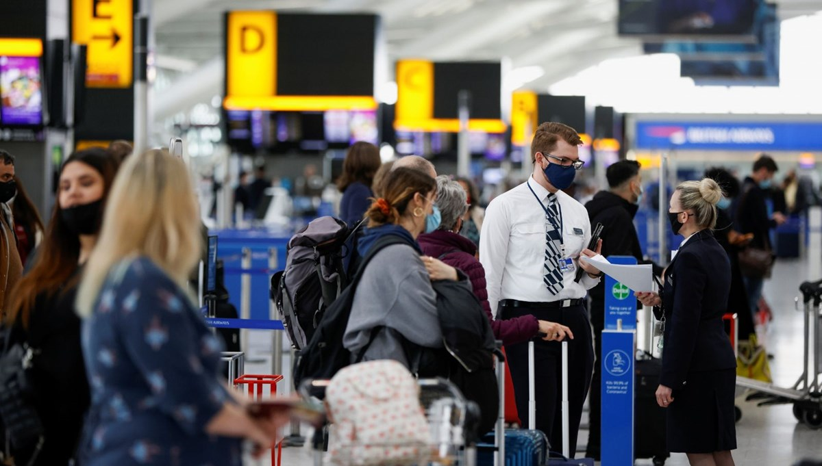 England opened the doors, long queues occurred at the airport