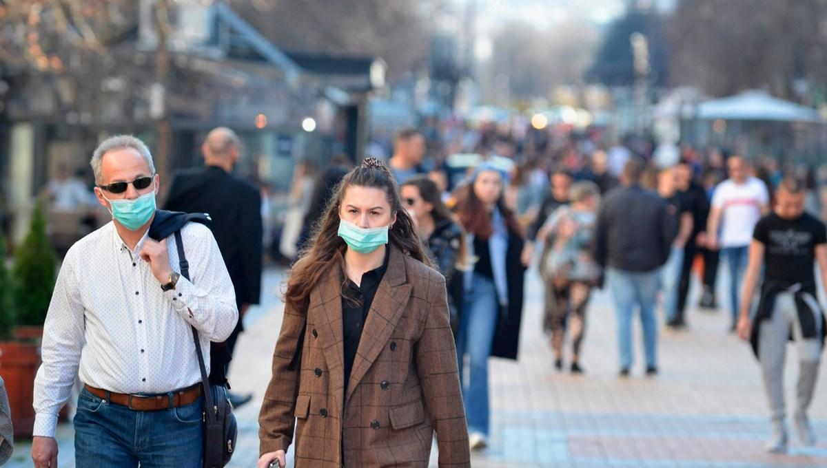 Corona virüs aşısı olan insanlar maske takmaya devam edecek