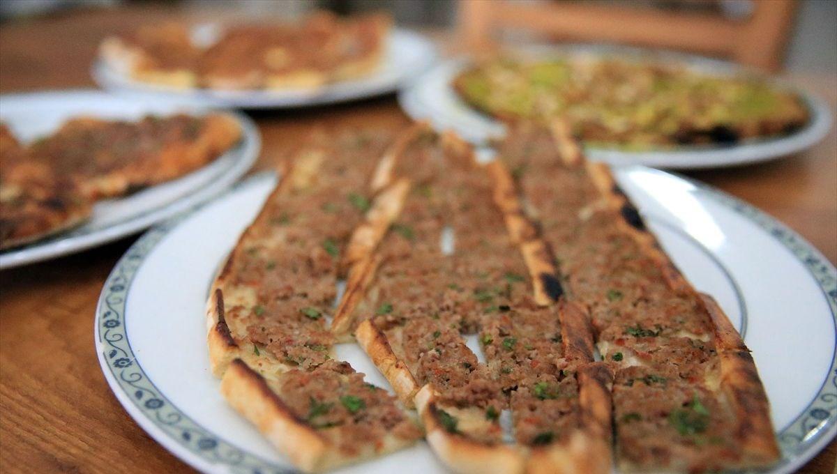 Aydın'ın tescilli lezzetleri iftar sofralarına lezzet katıyor:  Karacasu pidesi, Çine köftesi ve Ortaklar çöp şiş