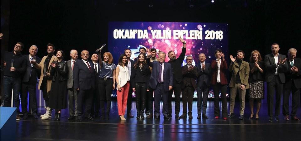 Mütevelli Heyeti Başkanı Bekir Okan ödül alanlarla sahneye çıktı.