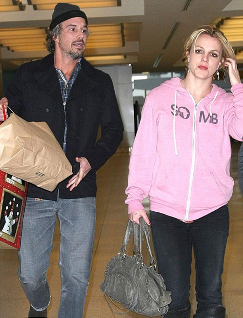 Britney Spears ile Jason Trawick 23 Aralık'ta New York'taki JFK havalimanında yürüyorlar