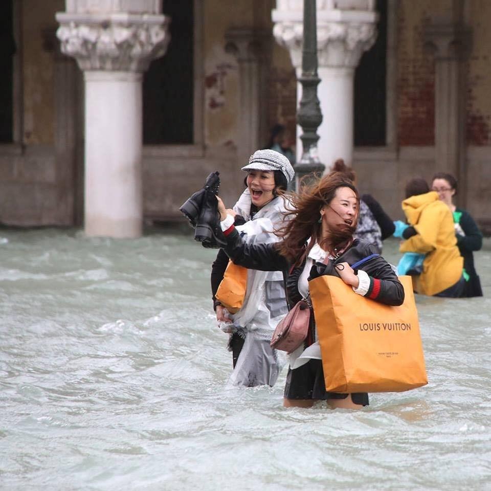 Venedik'te sel baskınına karşın turistlerin bitmeyen alışveriş tutkusu için sosyal medyada şu yorum yapıldı: Dünyanın sonu gelse de kapitalizmin sonu asla gelmeyecek.
