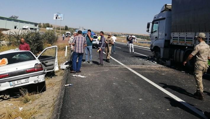 Bitlis'te otomobille TIR çarpıştı: 3 ölü, 3 yaralı