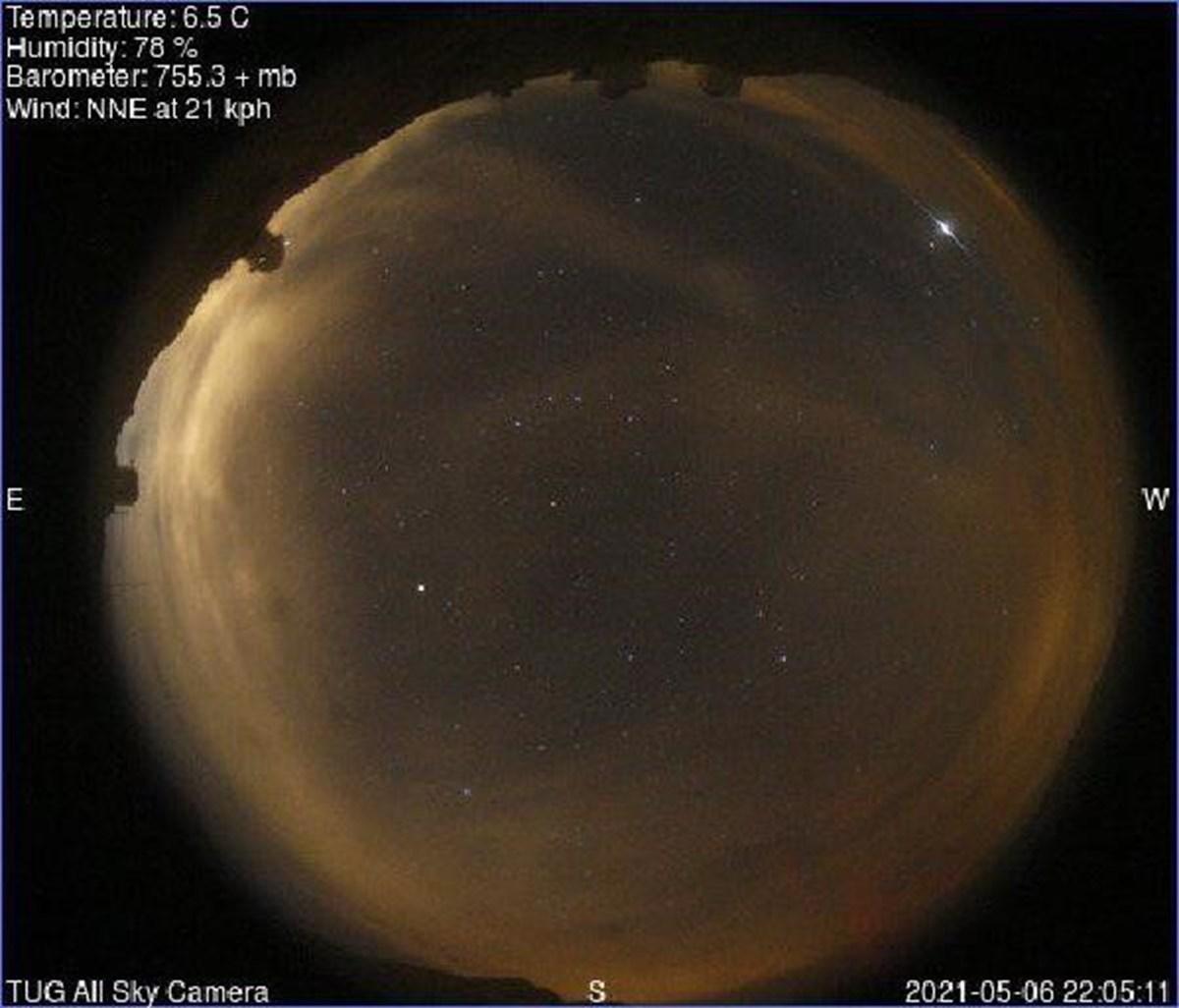 Parlamaların Starlink Leo Uyduları Güneş Panellerinden kaynaklandığını açıklayan TÜBİTAK Ulusal Gözlemevi (TUG) Tüm Gökyüzü Kamerası ile bulutlu havaya rağmen Kuzey-Batı ufkunda görüntülendiğini kaydetti.