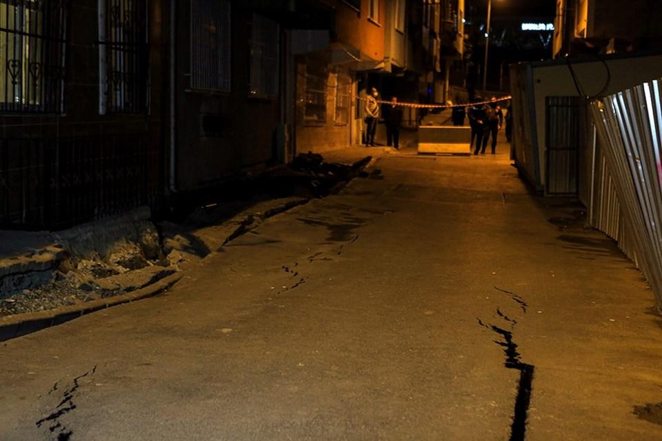 İnşaatın bulunduğu sokakta, göçükten önce oluşan çatlaklar
