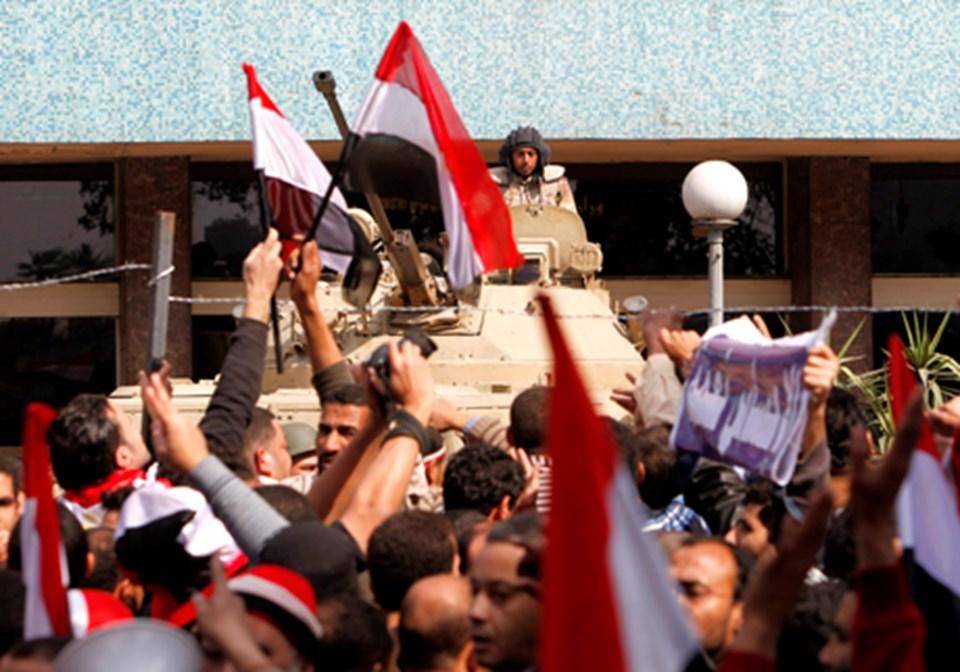 Devlet televizyonu önünde toplanan kalabalıklar Mübarek karşıtı sloganlar atıyor.