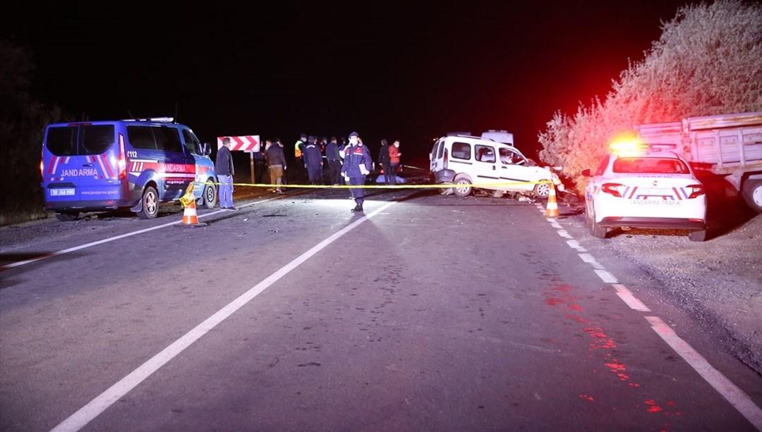Ambulansı sollamaya çalışan otomobil karşı yönden gelen kamyonetle  çarpıştı: 4 ölü, 3 yaralı | NTV