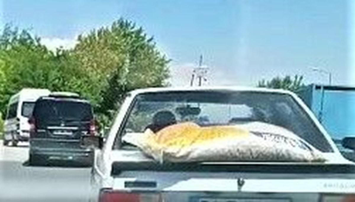 Yem çuvalını arabanın üstünde taşıdı