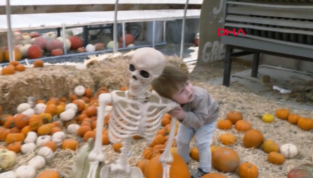 Karantina arkadaşı olarak insan iskeletini seçti