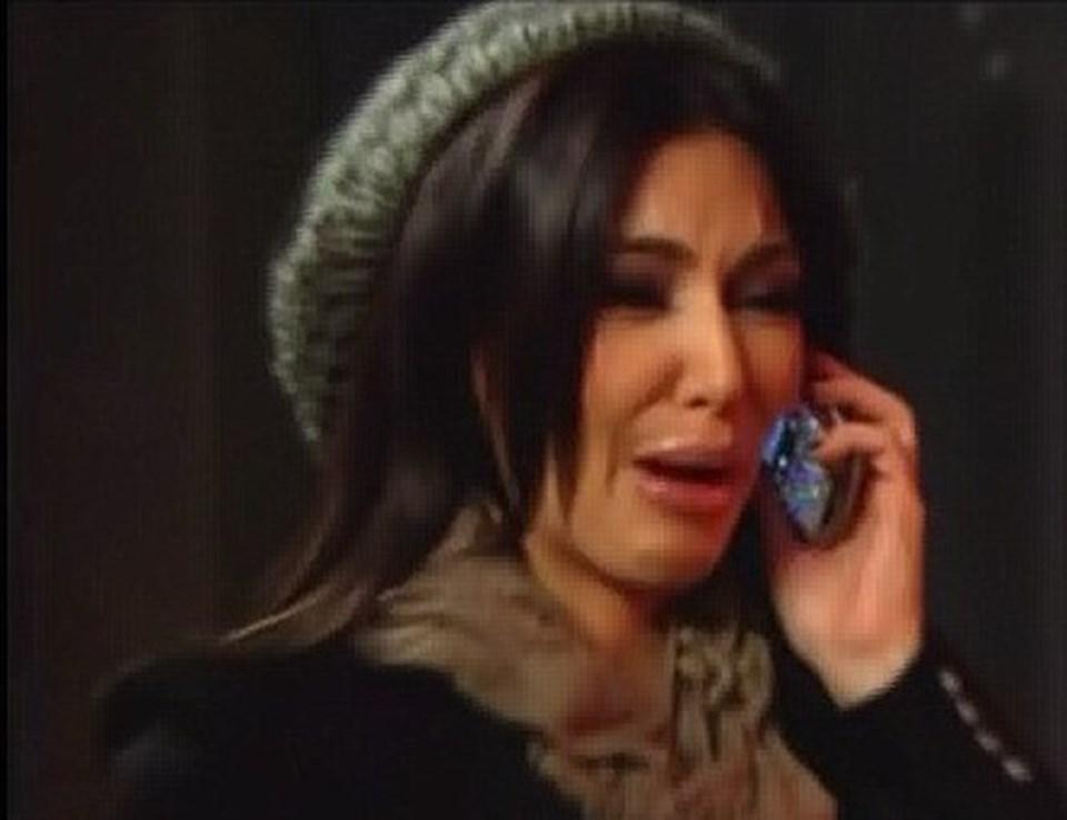 Kardashian ağlayarak yaşadıklarını anlatıyor.