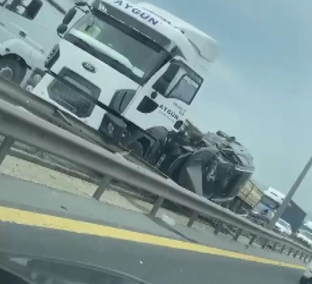 TEM'de feci kaza: TIR ile bariyer arasında sıkıştı - 3