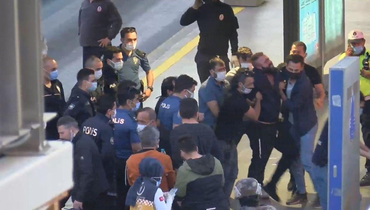 Bıçakla metrobüse giren kişi gözaltına alındı
