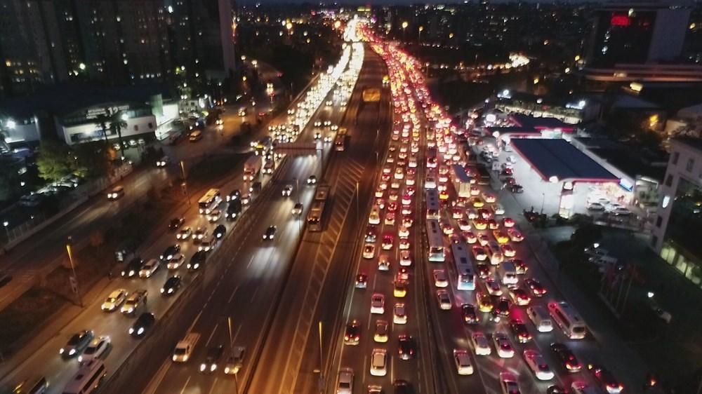 Hafta sonu kısıtlaması öncesi İstanbul trafiği kilit - 13