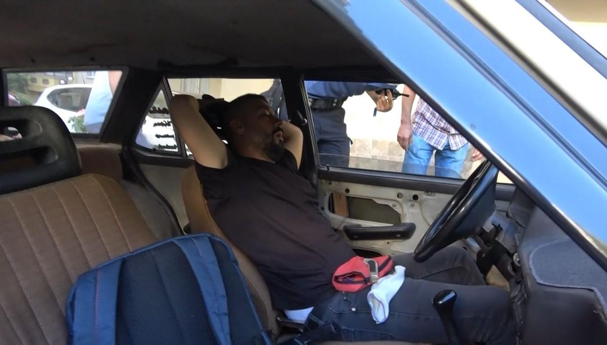 Arabasında tanımadığı birini uyurken buldu