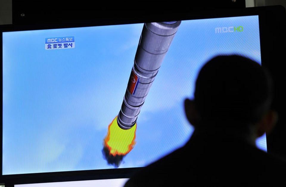 Güney Koreliler düşman kardeşinin roketi hakkındaki haberleri televizyondan takip etti.
