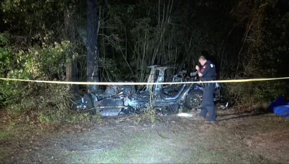 Sürücüsüz Tesla qəzaya düşdü və yandı: 2 nəfər həyatını itirdi