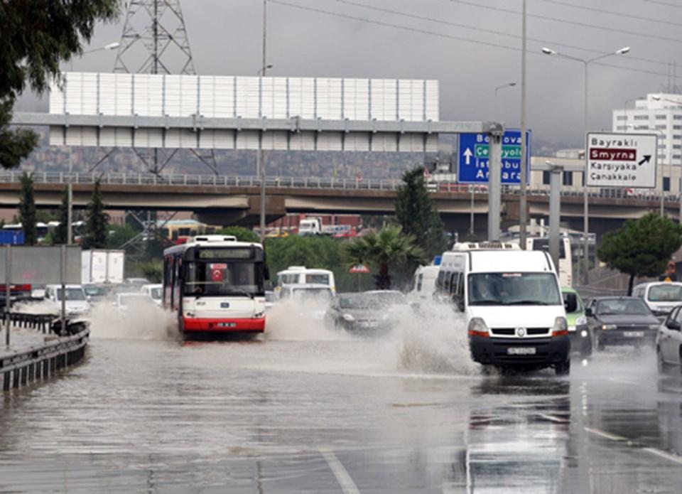 İzmir'de sağanak yağış trafiği aksattı.
