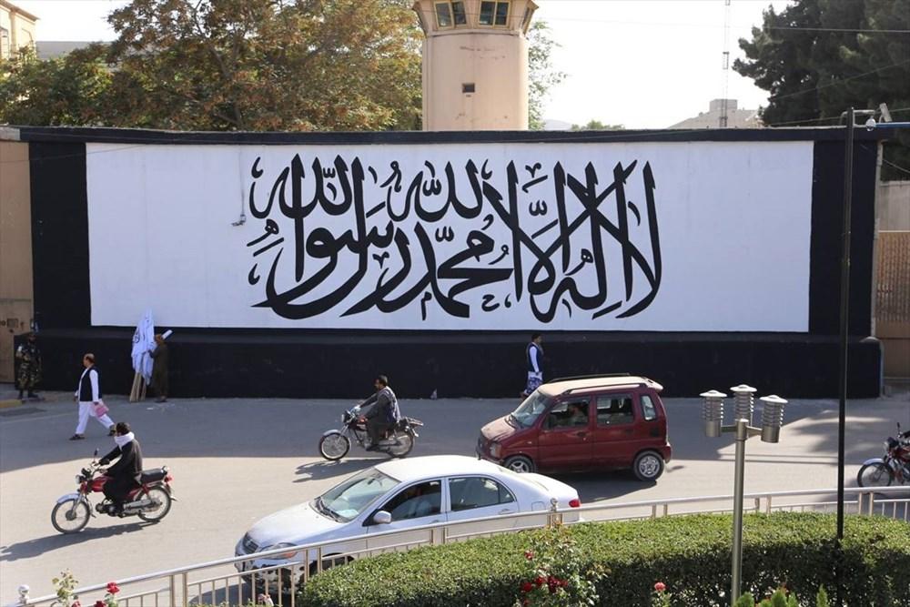 Kabil'de terk edilen ABD büyükelçiliğinin duvarına Taliban bayrağı çizildi - 5