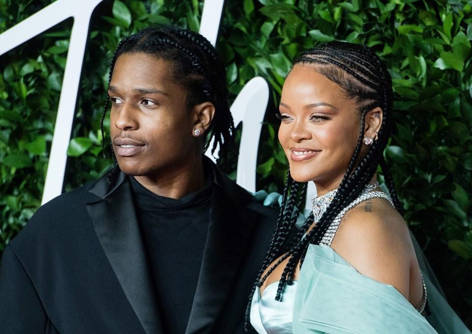 Rihanna ile ASAP Rocky 2 Aralık 2019'da Londra'da objektiflere birlikte poz verdi
